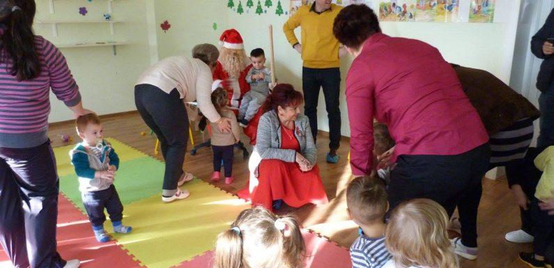 """Bucuria copiilor de la Centru de zi pentru copii """"PRICHINDEII SEINIULUI"""" de Mos Nicolae – 2016"""