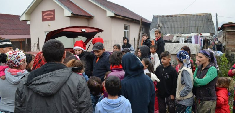Echipa din cadrul proiectului Prichindeii Seiniului au daruit hăinuțe si jucării copiilor din cartierul de romi din Seini